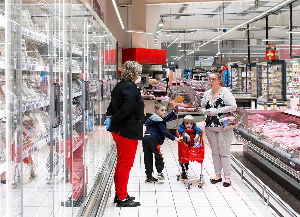 L'Intermarché de La Loupe, le 18 mars 2020.<br /> Mme Cabaretn directrice du supermarché, informe cette maman qu'elle n'est pas autorisée à venir accompagnée de ses enfants.