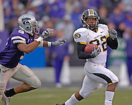 Missouri running back Tony Temple (R) rushes to the outside as Kansas State strong safety Kyle Williams (L) moves in from behind at Bill Snyder Family Stadium in Manhattan, Kansas, November 19, 2005.  K-State defeated the Missouri Tigers 36-28.