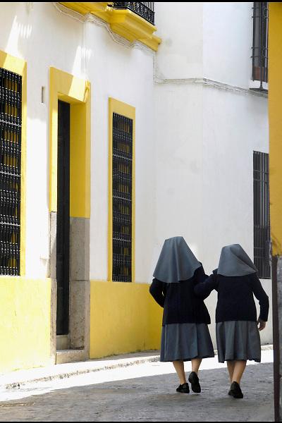 Spanje, Cordoba, 6-5-2010Twee nonnen lopen in de oude stad .De binnenstad rond de mezquita, kathedraal, staat op de werelderfgoedlijst.Foto: Flip Franssen/Hollandse Hoogte