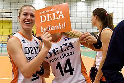 29-12-2015 NED: Nederland - Belgie, Almelo<br /> Op het 25 jaar Topvolleybal Almelo spelen Nederland en Belgie een oefen interland ter voorbereiding op het OKT dat maandag in Ankara begint. Nederland wint overtuigend met 3-0 / Maret Balkestein-Grothues #6, Laura Dijkema #14 en DELA bedankt