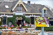 Nederland, Ooij, 6-4-2015Bij het logement annex dijkcafe, huiskamercafe, oortjeshekken kunnen fietsers met pech gebruik maken van een servicepunt van de anwb.FOTO: FLIP FRANSSEN/ HOLLANDSE HOOGTE