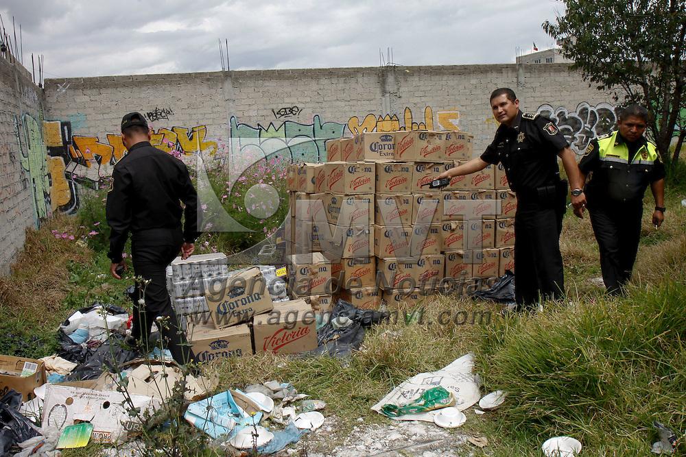 TOLUCA, México.- Elementos de la Agencia de Seguridad Estatal y policías municipales de Toluca lograron la detención de 3 personas que se dedicaban al robo de camiones de carga, quienes esta mañana asaltaron un camión repartidor de  cerveza en la delegación de San Cristóbal Huichochitlán, y dejaron la mercancía a unas cuadras de donde realizaron el atraco. Agencia MVT / Crisanta Espinosa. (DIGITAL)