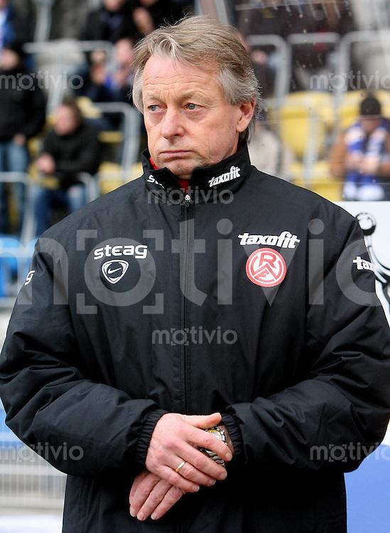 Jena , 110207 , Saison 2006/2007 ; Fussball 2.Bundesliga FC Carl Zeiss Jena - Rot Weiss Essen  Trainer Lorenz-Guenther KOESTNER (Essen)