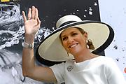 Koning en koningin bezoeken Nedersaksen. In het duitse Leer krijgt Koningin Maxima uitleg over de campagne Frische ist Leben<br /> <br /> King and Queen visit Niedersachsen. In the German town explain Queen Maxima the campaign Frische ist Leben<br /> <br /> op de foto / On the photo:  Koningin Maxima / Queen Maxima