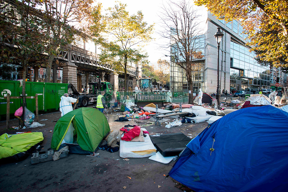 October 31, 2016 - Paris, France - The migrants camp being evecuated and cleaned in Paris, France on 31 October 2016. More migrants and refugees coming from the dismantling of Calais and also from Italy are living in the streets of Paris, between the Stalingrad and Jaures tube Stations, in the north of the French capital. The police evacuates one of the camp, with migrants from Afgahnistan and Pakistan. (Credit Image: © Guillaume Pinon/NurPhoto via ZUMA Press)