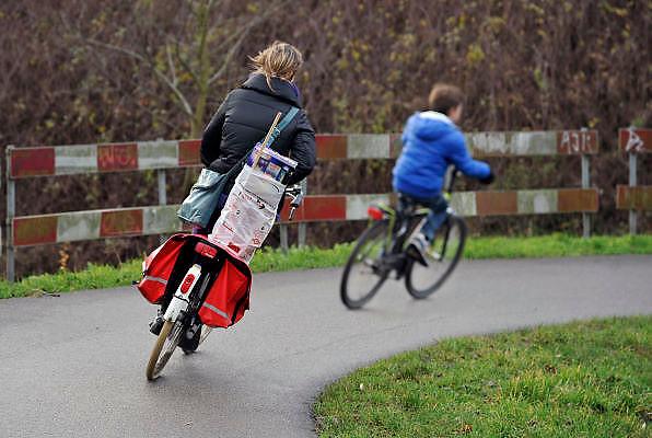 Nederland, Nijmegen, 30-12-2011Een moeder en kind hebben vuurwerk gekocht en zijn op weg naar huis.Foto: Flip Franssen/Hollandse Hoogte