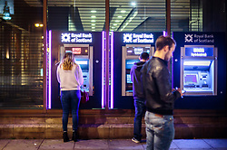 THEMENBILD - Kunden beheben Geld an einem Bankomat bei einer Filiale der Royal Bank of Scotland, Edinburgh, Schottland, aufgenommen am 15.06.2015 // People take Cash on an ATM of the Royal Bank of Scotland, Edinburgh, Scotland on 2015/06/15. EXPA Pictures © 2015, PhotoCredit: EXPA/ JFK