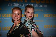 Annette Frier(l.) und Emma Bading bei der Premiere von Lucky Loser in der Kulturbrauerei in Berlin / 100817