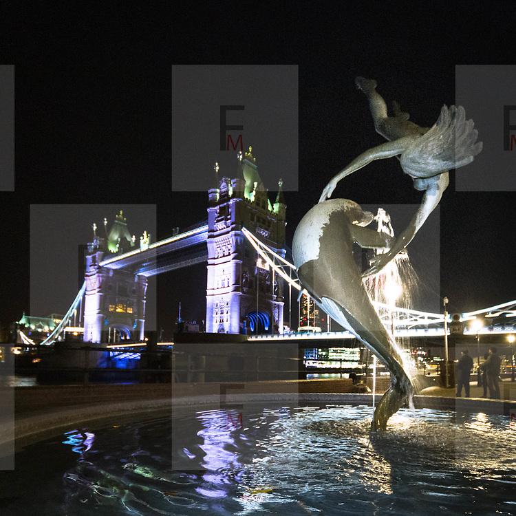 La ragazza col delfino, la fontana di David Wynne vicino al Tower Bridge.<br /> <br /> Girl with dolphin the David Wynne fountain near the Tower Bridge.<br /> <br /> #6d, #photooftheday #picoftheday #bestoftheday #instadaily #instagood #follow #followme #nofilter #everydayuk #canon #buenavistaphoto #photojournalism #flaviogilardoni <br /> <br /> #london #uk #greaterlondon #londoncity #centrallondon #cityoflondon #londontaxi #londonuk #visitlondon #GirlwithDolphin #DavidWynne<br /> <br /> #photo #photography #photooftheday #photos #photographer #photograph #photoofday #streetphoto #photonews #amazingphoto #blackandwhitephoto #dailyphoto #funnyphoto #goodphoto #myphoto #photoftheday #photogalleries #photojournalist #photolibrary #photoreportage #pressphoto #stockphoto #todaysphoto #urbanphoto