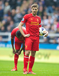 19.10.2013, St. James Park, New Castle, ENG, Premier League, ENG, Premier League, Newcastle United vs FC Liverpool, 8. Runde, im Bild Liverpool's captain Steven Gerrard prepares to take, penalty against Newcastle United // during the English Premier League 8th round match between Newcastle United and Liverpool FC St. James Park in New Castle, Great Britain on 2013/10/19. EXPA Pictures © 2013, PhotoCredit: EXPA/ Propagandaphoto/ David Rawcliffe<br /> <br /> *****ATTENTION - OUT of ENG, GBR*****
