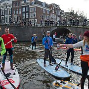 Amsterdam, 02-03-2014.  In de aanloop naar de HISWA Amsterdam Boat Show heeft de organisatie van de watersportbeurs vandaag de HISWA SUP Tocht georganiseerd.  Aan de 'Stand Up Paddling' tocht door de Amsterdamse grachten deed een recordaantal van ruim  200 'suppers' mee, waaronder diverse internationale deelnemers en bekende Nederlandse suppers, zoals Stephan van den Berg. <br /> Om 11.00 uur vertrok de groep suppers vanuit de RAI Haven voor een tocht van 7 km over de Amsterdamse grachten en weer terug naar Amsterdam RAI. Niet eerder waren zo veel suppers tegelijkertijd te vinden op de Amsterdamse grachten, zeker niet in de winter.