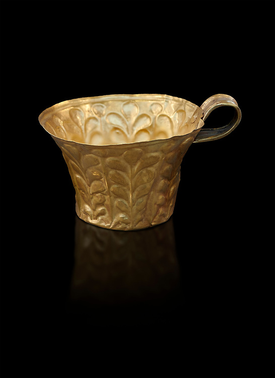 Mycenaean gold cup with horizontal grooves found buried in Grave IV Mycenae, Greece. National Archaeological Museum of Athens. .<br /> <br /> If you prefer to buy from our ALAMY PHOTO LIBRARY  Collection visit : https://www.alamy.com/portfolio/paul-williams-funkystock/mycenaean-art-artefacts.html . Type -   Athens    - into the LOWER SEARCH WITHIN GALLERY box. Refine search by adding background colour, place, museum etc<br /> <br /> Visit our MYCENAEN ART PHOTO COLLECTIONS for more photos to download  as wall art prints https://funkystock.photoshelter.com/gallery-collection/Pictures-Images-of-Ancient-Mycenaean-Art-Artefacts-Archaeology-Sites/C0000xRC5WLQcbhQ