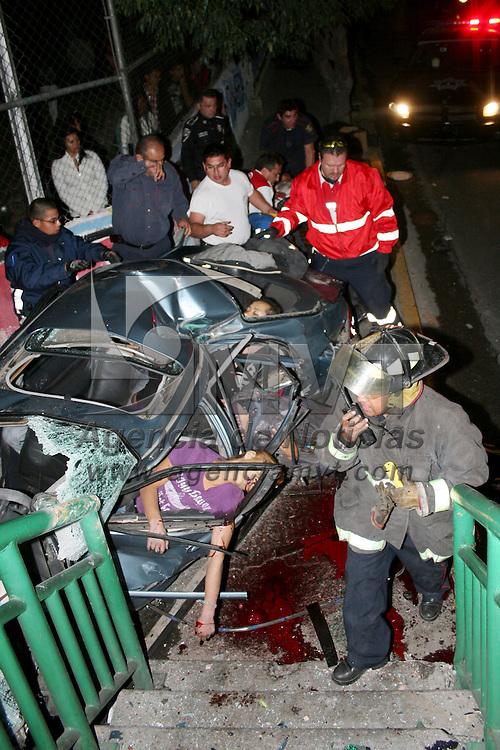 NAUCALPAN, Mex.- Cuatro personas perdieron la vida y tres más resultaron heridas al verse involucradas en un accidente automovilístico en la Colonia Loma Linda, en la carretera Toluca, Naucalpan, bomberos y Protección Civil de Naucalpan rescataron los cuerpos. Agencia MVT / José Hernández. (DIGITAL)<br /> <br /> NO ARCHIVAR - NO ARCHIVE
