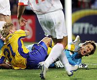 Fotball, 26. juni 2004, EM, Euro 2004, Sverige- Nederland, Der Schwede Christian Wilhelmsson gegen Hollands Edwin van der Sar