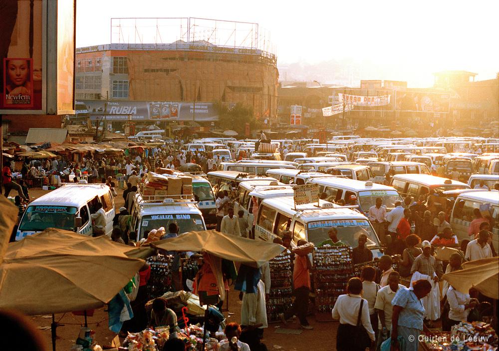 Busterminal en markt in Nairobi centrum, Kenia