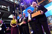 Koningin Máxima reikt op donderdag 26 mei in Eindhoven de Koning Willem I Prijs 2016 en de Koning Willem I Plaquette voor Duurzaam Ondernemerschap 2016 uit in Radio Royaal, Eindhoven.De Koning Willem I Prijs is een ondernemingsprijs die sinds 1958 tweejaarlijks wordt toegekend door de Koning Willem I Stichting.<br /> <br /> Queen Máxima presented on Thursday, May 26 in Eindhoven, the King Willem I Award in 2016 and the King William I Plaque for Sustainable Entrepreneurship 2016 in Radio Generous, Eindhoven.De King Willem I Prize is a company prize awarded biennially since 1958 by King William I Foundation.<br /> <br /> Op de foto:  Koningin Maxima met T. Brock(M) CEO van Tobroco Mechanisatie, winnaar van de Koning Willem I Prijs MKB 2016, R. Baan (2e R), CEO van Koppert Cress, winnaar van de Koning Willem 1 Plaquette voor Duurzaam Ondernemerschap en CEO van Koninklijke Philips F. van Houten (R), winnaar Koning Willem I Prijs Grootbedrijf 2016.
