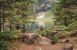 THEMENBILD - ein Wanderweg ist an einem Stein mit rot weiß roter Farbe markiert. Der Hintersee ist ein kleiner Gebirgssee in 1313 m Höhe im Talschluss des Felbertals in Mittersill. Der Bergsee ist ein Naturdenkmal und wurde unter Schutz gestellt. Der Hintersee gilt als Geheimtipp, Erholungsgebiet und ein Platz, den man gesehen haben muss, aufgenommen am 23. Juni 2019, am Hintersee in Mittersill, Österreich // a hiking trail is marked on a stone with red and white red colour. Hintersee is a small mountain lake 1313 m above sea level at the end of the Felbertal valley in Mittersill. The mountain lake is a natural monument and was placed under protection. The Hintersee is an insider tip, a place you must have seen and a recreation area on 2019/06/23, Hintersee in Mittersill, Austria. EXPA Pictures © 2019, PhotoCredit: EXPA/ Stefanie Oberhauser