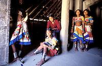 Nepal - Region du Teraï - Ethnie Rana Tharu - Tressage des cheveux pour la fête de Holi