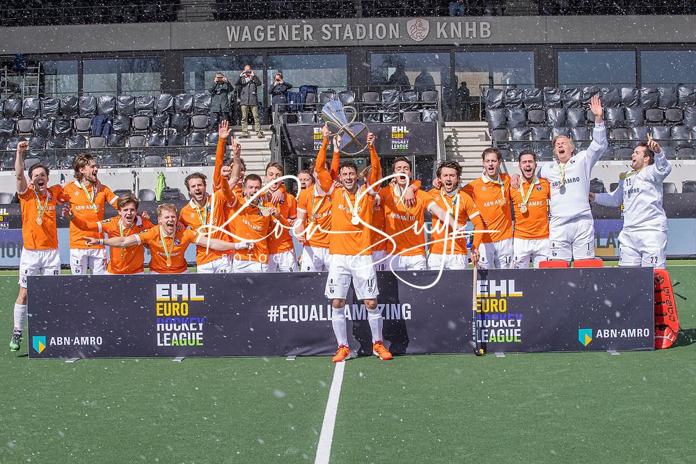 AMSTELVEEN -  Het team van Bloemendaal met de cup na   de Euro Hockey League finale mannen, Atletic Terrassa (Sp) - HC Bloemendaal (2-5). midden aanvoerder Glenn Schuurman (Bldaal) COPYRIGHT KOEN SUYK