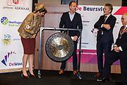 Koningin Maxima is aanwezig bij de opening Lustrum Beursvloer van Stichting De Waaier<br /> <br /> Op de foto: Koningin Maxima verricht de opening