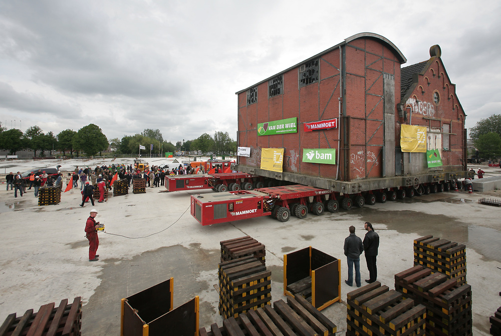 A monumental building in Groningen is transported in whole without having been deconstructed // Een monumentale silo in Groningen wordt in zijn geheel vervoerd.