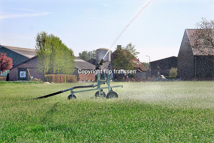 Nederland, Groesbeek, 18-5-2020 Een boer beregent zijn perceel dmv een waterkanon. Het water wordt uit een put in de grond opgepompt, grondwater.  Foto: Flip Franssen