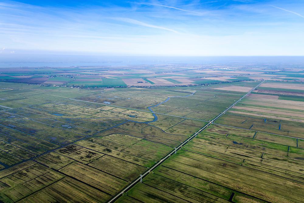 Nederland, Zuid-Holland, Hoeksche Waard, 01-04-2016; Polder het Oudeland van Strijen, Molenweg met hoogspanningslijn en de waterloop Dwarsche Vaart.<br /> <br /> Polder, old land, south of Rotterdam.<br /> <br /> luchtfoto (toeslag op standard tarieven);<br /> aerial photo (additional fee required);<br /> copyright foto/photo Siebe Swart