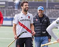 AMSTELVEEN - Valentin Verga (Amsterdam) met Assistent-Coach Taco van den Honert (Amsterdam) tijdens de competitie hoofdklasse hockeywedstrijd heren, Amsterdam -Rotterdam (2-0) .  COPYRIGHT KOEN SUYK