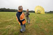 Na de landing wordt de heteluchtballon weer opgeruimd.<br /> <br /> After landing the balloon is being packed