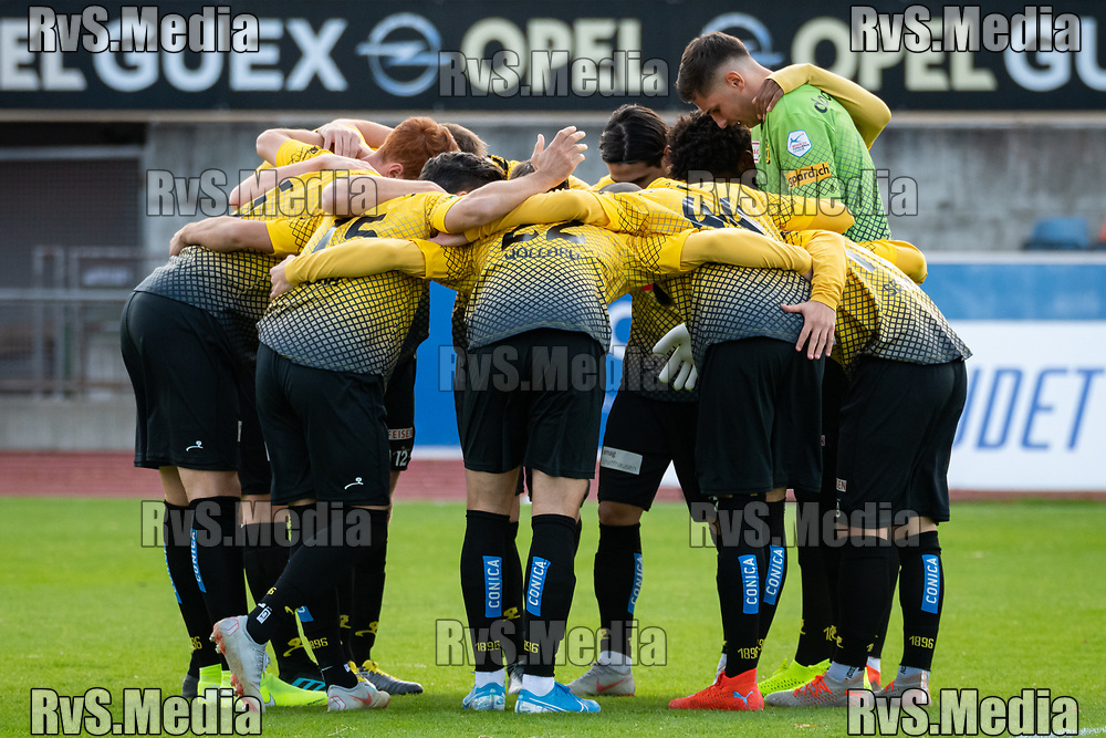 LAUSANNE, SWITZERLAND - NOVEMBER 10: FC Schaffhausen players makes a circles before the Challenge League game between FC Lausanne-Sport and FC Schaffhausen at Stade Olympique de la Pontaise on November 10, 2019 in Lausanne, Switzerland. (Photo by Basile Barbey/RvS.Media)