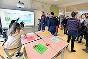 Nederland, Wijchen, 20-2-2016Open dag middelbare school. MaasWaal collegeDe open dagen van het middelbaar onderwijs. Hier zijn leerlingen kinderen uit groep acht van de basisschool en hun ouders aan het kijken in een middelbare school.Foto: Flip Franssen/Hollandse Hoogte