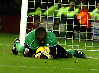 Fotball<br /> England 2004/2005<br /> Foto: SBI/Digitalsport<br /> NORWAY ONLY<br /> <br /> Leicester City v Crewe Alexandra<br /> Coca-Cola. 05/02/2005.<br /> <br /> Crewe's goalkeeper, Clayton Ince, saves Leicesters last second attempt at goal a minute before final whistle.