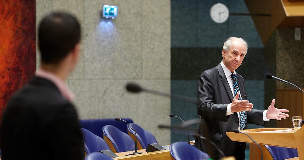 """Nederland. Den Haag, 3 april 2012.<br /> Vragenuurtje Tweede Kamer. Vraag van Martijn van Dam over Mauro<br /> Minister Gerd Leers ( Minister voor Immigratie, Integratie en Asiel) betreurt dat er """"een misverstand"""" is ontstaan over zijn uitspraken over de jonge Angolese asielzoeker Mauro die in Nederland verblijft op basis van een studievisum. In een brief aan de Tweede Kamer schrijft Leers dinsdag dat de ophef van afgelopen weekeinde over zijn uitspraken vervelend is voor alle betrokkenen.<br /> Linkse oppositiepartijen reageerden kwaad op uitlatingen van Leers vorige week tijdens een werkbezoek aan Angola. Hij sprak daar over onjuiste verklaringen van Mauro. Ook zei Leers dat Mauro zijn studie mag afmaken en daarna moet vertrekken.<br /> Maar volgens Leers is er geen sprake van dat hij vanwege de onjuiste verklaringen door Mauro besloten heeft dat Mauro zou moeten terugkeren naar Angola. Volgens de bewindsman is een studievergunning altijd tijdelijk voor de duur van de opleiding en moet er bij een vervolgaanvraag een nieuwe afweging worden gemaakt.<br /> Leers houdt vol dat hij in Angola niets anders heeft gezegd dan in alle debatten over de zaak van Mauro aan de orde is geweest.<br /> Afgelopen weekeinde liet GroenLinks weten een motie van wantrouwen te overwegen tegen Leers. Minister Leers voor Immigratie, Integratie en Asiel is niet van plan burgemeesters te overrulen. Dat zei hij in de Tweede Kamer naar aanleiding van de commotie rond burgemeesters die niet willen meewerken aan het uitzetten van asielzoekers als dat leidt tot onrust in die gemeenten.<br /> Foto Martijn Beekman"""