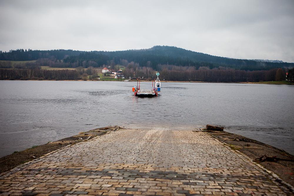 """Oberplan (Horni Plana). """"Das einstige Sudetengebiet, deutsche Dörfer in der tschechischen Grenzregion, ist eine Welt für sich - mit ihren Bergen und der fast unberührten Natur ist es aber eine schöne Welt. Und das ist, was beide verbindet: Tschechen und Deutsche. Angesiedelte und Vertriebene."""""""