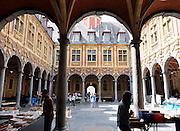 Frankrijk, Lille, 18-8-2013Lille ligt in een sterk de verarmde regio noordwest. Het is de hoofdstad van Frans Vlaanderen, van de regio Nord Pas de Calais en van het Noorder departement. Sfeerbeelden van de oude stad en het oude centrum rond de Grand Place. Boekenmarkt in de oude beurs.Foto: Flip Franssen/Hollandse Hoogte