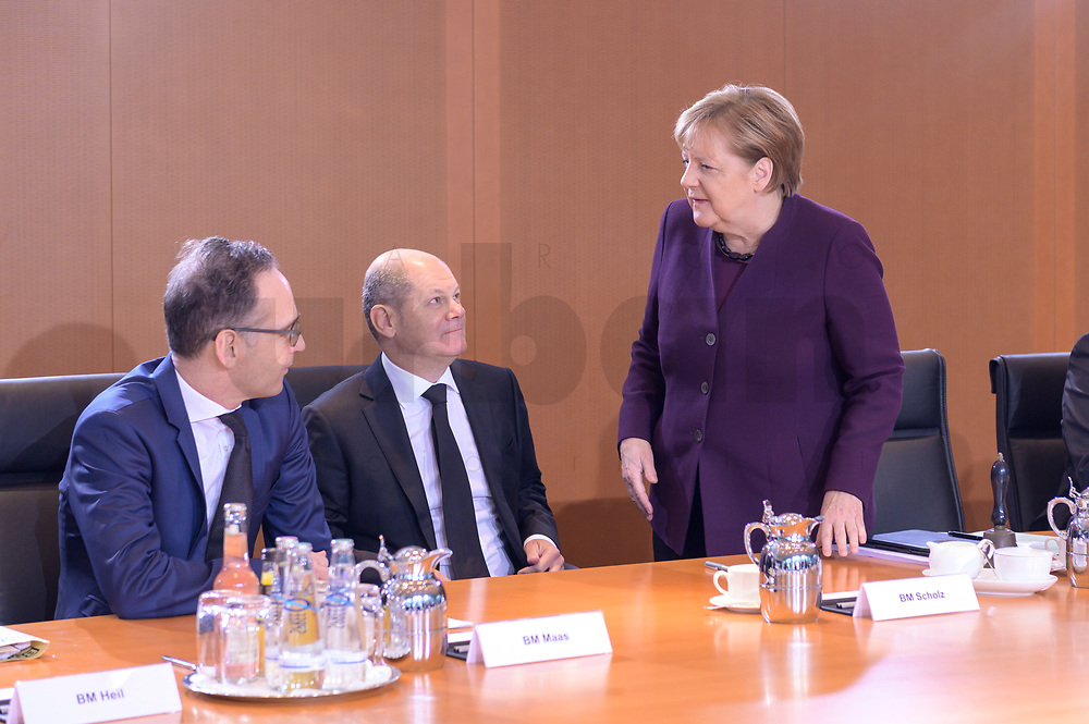 29 JAN 2020, BERLIN/GERMANY:<br /> Heiko Maas, SPD, Bundesaussenminister, Olaf Scholz, SPD, Bundesfinanzminister, Angela Merkel, CDU, Bundeskanzlerin, (v.L.n.R.), im Gespraech, vor Beginn der Kabinettsitzung, Bundeskanzleramt<br /> IMAGE: 20200129-01-015<br /> KEYWORDS: Kabinett, Sitzung, Gespräch