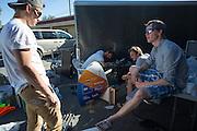 De VeloX V wordt opgeknapt na de val met Robert Braam. Het Human Power Team Delft en Amsterdam (HPT), dat bestaat uit studenten van de TU Delft en de VU Amsterdam, is in Amerika om te proberen het record snelfietsen te verbreken. Momenteel zijn zij recordhouder, in 2013 reed Sebastiaan Bowier 133,78 km/h in de VeloX3. In Battle Mountain (Nevada) wordt ieder jaar de World Human Powered Speed Challenge gehouden. Tijdens deze wedstrijd wordt geprobeerd zo hard mogelijk te fietsen op pure menskracht. Ze halen snelheden tot 133 km/h. De deelnemers bestaan zowel uit teams van universiteiten als uit hobbyisten. Met de gestroomlijnde fietsen willen ze laten zien wat mogelijk is met menskracht. De speciale ligfietsen kunnen gezien worden als de Formule 1 van het fietsen. De kennis die wordt opgedaan wordt ook gebruikt om duurzaam vervoer verder te ontwikkelen.<br /> <br /> The Human Power Team Delft and Amsterdam, a team by students of the TU Delft and the VU Amsterdam, is in America to set a new  world record speed cycling. I 2013 the team broke the record, Sebastiaan Bowier rode 133,78 km/h (83,13 mph) with the VeloX3. In Battle Mountain (Nevada) each year the World Human Powered Speed Challenge is held. During this race they try to ride on pure manpower as hard as possible. Speeds up to 133 km/h are reached. The participants consist of both teams from universities and from hobbyists. With the sleek bikes they want to show what is possible with human power. The special recumbent bicycles can be seen as the Formula 1 of the bicycle. The knowledge gained is also used to develop sustainable transport.