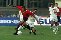 Fotball. EM-kvalifisering U21, Nadderud 1. september 2000. Norge-Armenia. John Carew, Norge i kamp med Arsen Simonyan, Armenia. Foto: Digitalsport.
