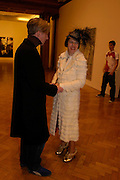 Philip Treacy and Isabella Blow. the Triumph of Painting. Part 1. The Saatchi Gallery. 25 January 2005. ONE TIME USE ONLY - DO NOT ARCHIVE  © Copyright Photograph by Dafydd Jones 66 Stockwell Park Rd. London SW9 0DA Tel 020 7733 0108 www.dafjones.com
