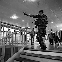 samedi 17 septembre 2016, 11h19, Paris XIII. En patrouille dans les sous-sols de la Gare d'Austerlitz ce militaire du 126ème Régiment d'Infanterie indique à son équipier l'escalator que son binôme prendra pour changer de niveau.