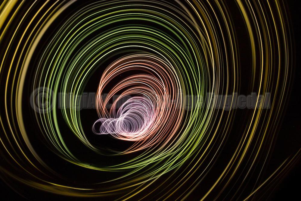 Long exposure of swinging light gives association to travel in time   Snurrende lys som er eksponert med lang lukketid kan gi assosiasjoner til det å reise I tiden.