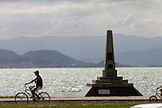 Florianopolis_SC, Brasil...Homem andando de bicicleta na avenida Beira-Mar, no centro da capital catarinense...A man cycling  in Beira-Mar avenue, in Florianopolis center, Santa Catarina...Foto: LEO DRUMOND / NITRO