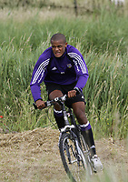 Fotball<br /> Belgia<br /> Foto: PhotoNews/Digitalsport<br /> NORWAY ONLY<br /> <br /> DE PANNE  01/07/2005<br /> <br /> TEAM SPIRIT - ANDERLECHT - ONE DAY ON THE BELGIAN COAST ON CYCLING<br /> <br /> vincent kompany