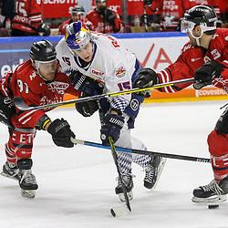 Koelns Moritz Mueller (Nr.91) und #Koelns Dominik Tiffels (Nr.7) im Zweikampf mit Muenchens Jason Jaffray (Nr.15)  beim Spiel in der DEL, Koelner Haie (rot) - EHC Red Bull Muenchen (weiss).<br /> <br /> Foto © PIX-Sportfotos *** Foto ist honorarpflichtig! *** Auf Anfrage in hoeherer Qualitaet/Aufloesung. Belegexemplar erbeten. Veroeffentlichung ausschliesslich fuer journalistisch-publizistische Zwecke. For editorial use only.