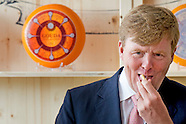 King Willem Alexander opens  the cheese from Royal A-ware and the ingredients o