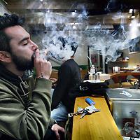 Nederland, Amsterdam , 15 november 2013.<br /> Weed rokende bezoeker van coffeeshop Homegrown Fantasy aan de Nieuwezijds Voorburgwal.<br /> Foto:Jean-Pierre Jans