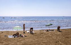 THEMENBILD - Touristen geniessen ihren Urlaub am Strand mit Blick auf das Mittelmeer an einem heissen Sommertag, aufgenommen am 16. August 2018 in Larnaka, Zypern // Tourists enjoy their vacation on the beach on a hot summer Day, Larnaca, Cyprus on 2018/08/16. EXPA Pictures © 2018, PhotoCredit: EXPA/ JFK