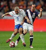 Fotball<br /> Nederland v USA<br /> 03.03.2010<br /> Foto: Witters/Digitalsport<br /> NORWAY ONLY<br /> <br /> v.l. Nigel de Jong, Landon Donovan USA<br /> Fussball Testspiel Niederlande - USA