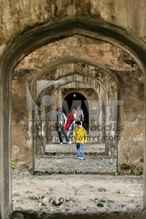 """Veracruz, Ver.- Fuerte de San Juan de Ulúa ubicado frente al puerto de Veracruz, en un antiguo islote se localiza la fortaleza de San Juan de Ulúa que servía como protección contra los ataques piratas. Juan de Grijalva desembarco en el islote en el año 1518 al principio de la conquista de México, convirtiendose en la costruccion mas importante de embarque y desembarque de productos entre Europa y America; fue tambien sede de la santa inquisicion y en el siglo XIX se convirtió en presidio; algunos de sus prisioneros fueron: fray Servando Teresa de Mier, fray Melchor de Talamanes, Benito Juárez y Jesús Arriaga """"Chucho el Roto"""" el bandolero que robaba a los ricos para ayudar a los pobres. Actualmente funciona como atractivo turistico y alberga un museo. Agencia MVT / Mario Vazquez de la Torre. (DIGITAL).<br /> <br /> <br /> <br /> NO ARCHIVAR - NO ARCHIVE"""