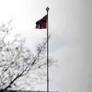 Vlag van prins Bernhard en Juliana op het dak van paleis Soestdijk